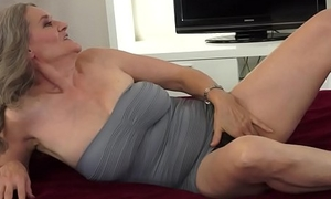 Bigtit dreamboat licks hairypussy of mature
