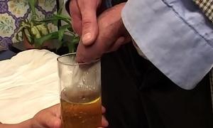 Carla &egrave_ una vecchia che oltre a bere il piscio le piace sure il cazzo